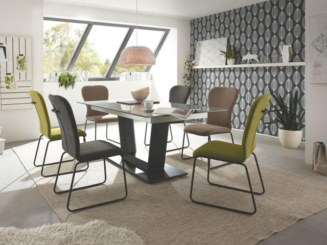 <p><strong>S&auml;ulentisch</strong><br /> mit Mittelauszug, Tischgestell schwarz gepulvert, Tischplatte Glas silbergrau, ca. 160(210)x100x77 cm.</p>  <p><strong>System-Stuhl</strong><br /> Gestell in Chrom, Edelstahl oder schwarz gepulvert, Sitzschale mit Bezug in Lederoptik.</p>